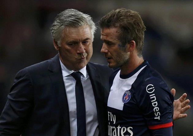 A nechceš si to ještě rozmyslet...? Trenér Carlo Ancelotti při pařížském loučení s Davidem Beckhamem.