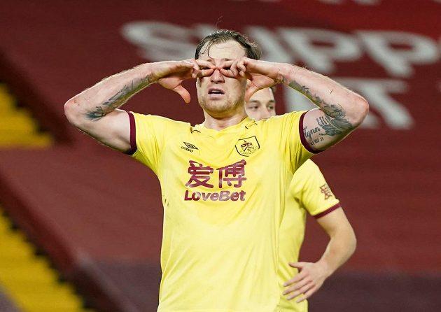 Ashley Barnes z Burnley se raduje z gólu proti Liverpoolu.