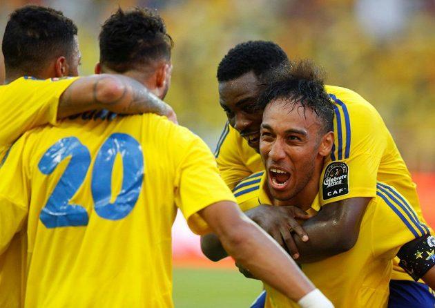 Fotbalisté Gabonu se radují z gólu proti Guinee-Bissaun mistrovství Afriky. Vpravo hvězdný Aubameyang z Dortmundu.