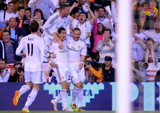 Záložník Ángel Di María (dole uprostřed) se raduje z vedoucího gólu v utkání Španělského poháru proti Barceloně. Nahoře je obránce Bílého baletu Sergio Ramos, vpravo útočník Karim Benzema a zády Gareth Bale.