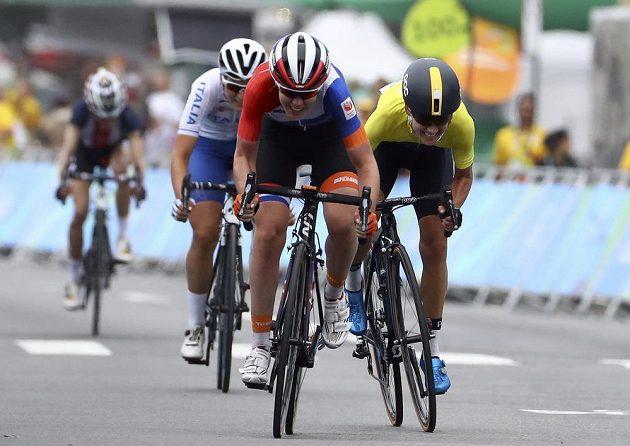 Finiš olympijského závodu. Vpředu Nizozemka Anna van der Breggenová, vpravo Švédka Emma Johanssonová.