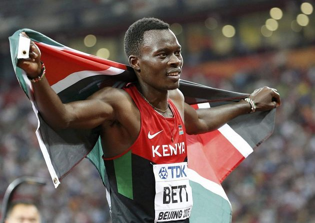S keňskou vlajkou slavil v Pekingu titul mistra světa v běhu na 400 m překážek také Nicholas Bett.