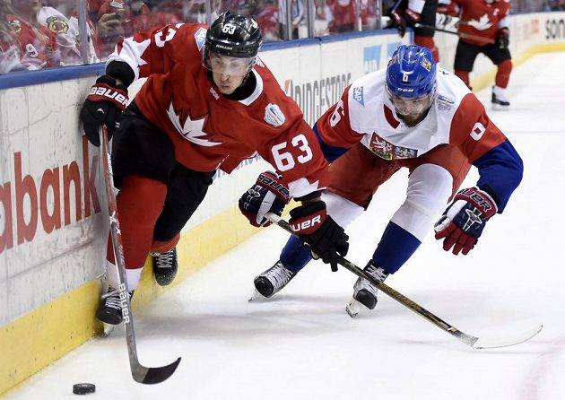 Kanaďan Brad Marchand je o krok napřed, nestíhá ho Michal Kempný.