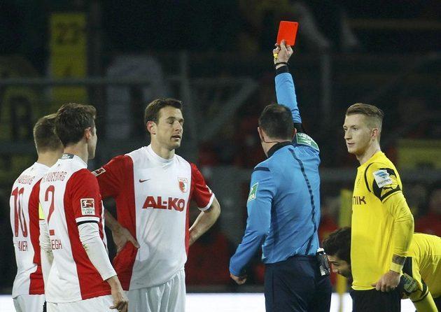 Rozhodčí Marco Fritz uděluje červenou kartu Christophu Jankerovi (třetí zleva) z Augsburgu v utkání 19. kola bundesligy.