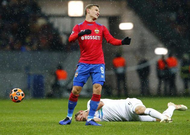 Fotbalista CSKA Moskva Fedor Čalov překvapeně reaguje na výrok rozhodčího, na zemi leží plzeňský obránce Roman Hubník. To vše v utkání Ligy mistrů.