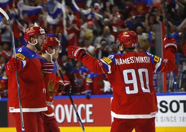Ruští hokejisté se radují z gólu proti Lotyšsku.