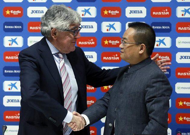 Bývalý prezident a většinový vlastník Espaňolu Barcelona Daniel Sanchez Llibre (vlevo) a jeho následník Čchen Jen-šeng, šéf Rastar Group .
