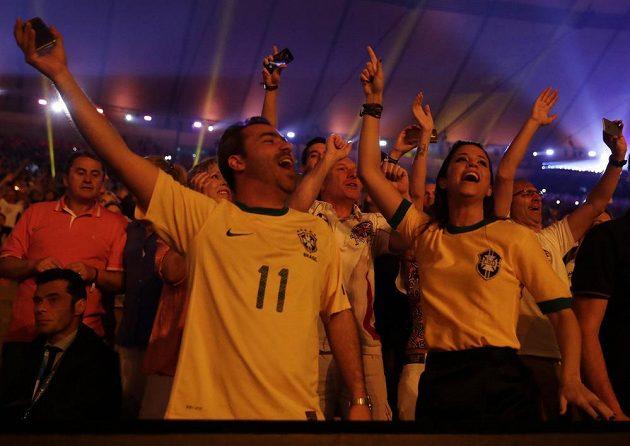 Diváci tančí na stadiónu Maracaná během slavnostního zahájení olympiády v Riu.