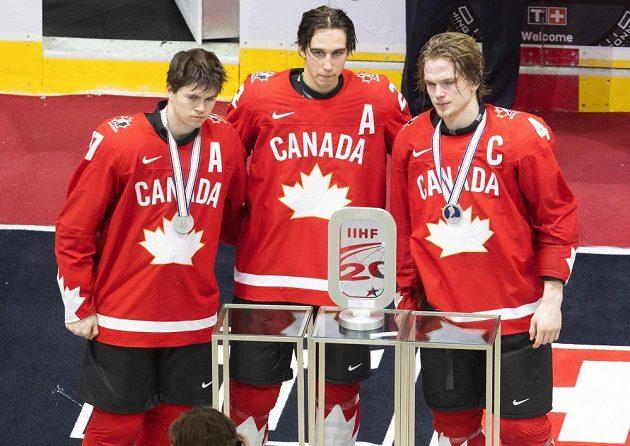 Stříbrné zklamání mladých hokejistů Kanada na MS hráčů do 20 let. Na snímku jsou Connor McMichael (17), Dylan Cozens (22) a Bowen Byram (4).