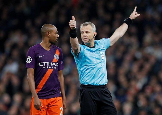 Rozhodčí Bjorn Kuipers gestikuluje ve čtvrtfinále Ligy mistrů mezi Tottenhamem a Manchesterem City předtím, než zkontroloval videozáznam při penaltové situaci.