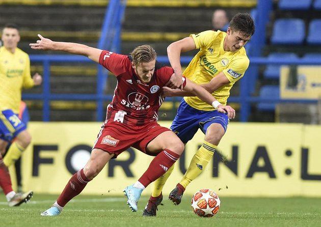 V souboji o míč (zleva) Jakub Plšek z Olomouce a Jakub Kolář ze Zlína.