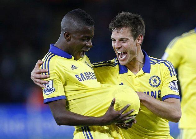 Ramires (vlevo) a Cesar Azpilicueta se radují po třetím gólu Chelsea proti Leicesteru.