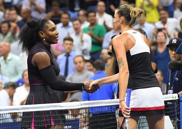 Američanka Serena Williamsová (vlevo) gratuluje Karolíně Plíškové k postupu do finále US Open.