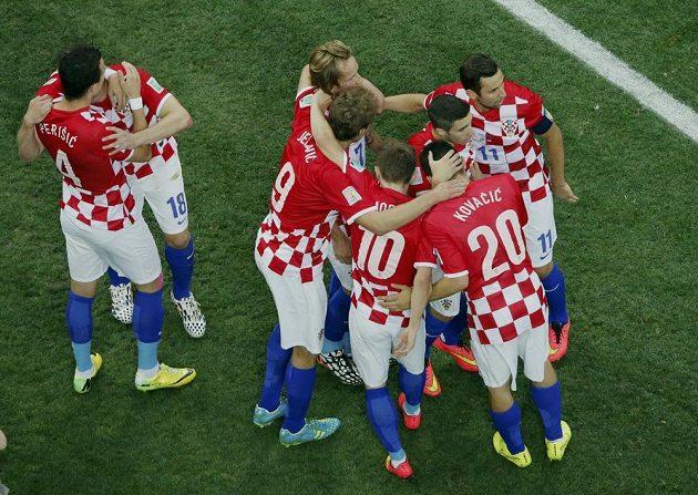 Fotbalisté Chorvatska se radují z gólu proti domácí Brazílii v zápase skupiny A mistrovství světa.