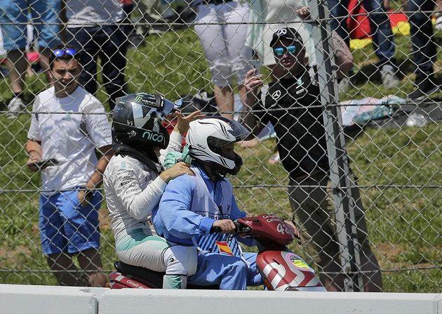 Nico Rosberg opostil trať v Barceloně na mopedu.