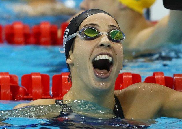 Americká znakařka Maya DiRadová se raduje z olympijského triumfu na dvousetmetrové trati.