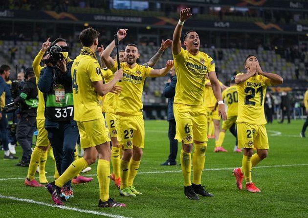 Fotbalisté španělského Villarrealu slaví triumf v Evropské lize, ve finále porazili po penaltovém rozstřelu Manchester United.