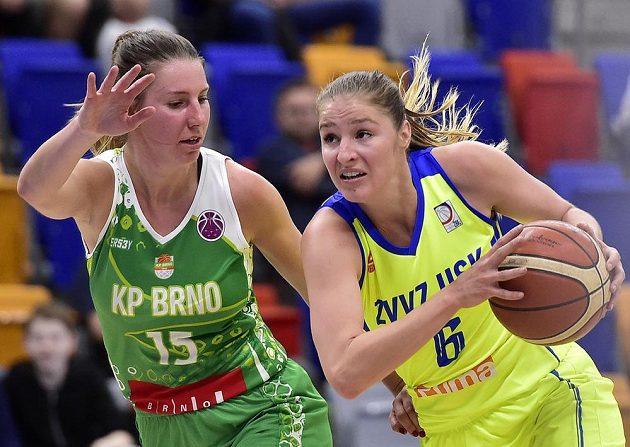 Sarah Beránková z KP Brno (vlevo)a Karolína Elhotová z USK během utkání play off basketbalové ligy žen.