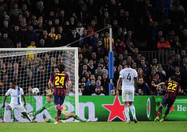 Daniel Alves (zcela vpravo) rozhoduje o vítězství Barcelony nad Manchesterem City 2:1.