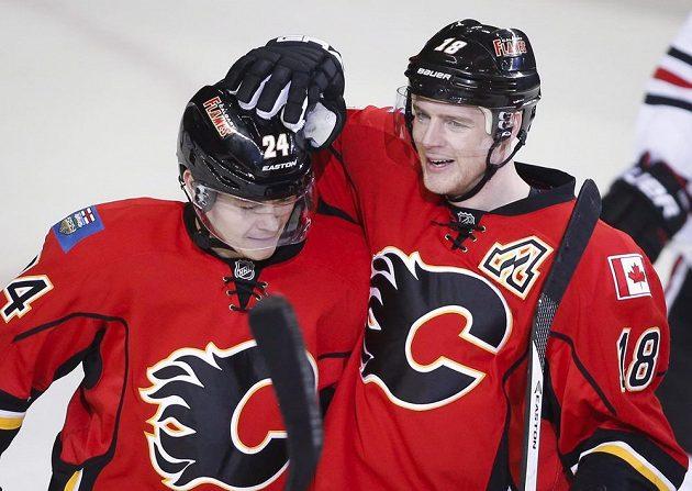 Jiří Hudler (vlevo) a Matt Stajan z Calgary oslavují gól proti Chicagu.