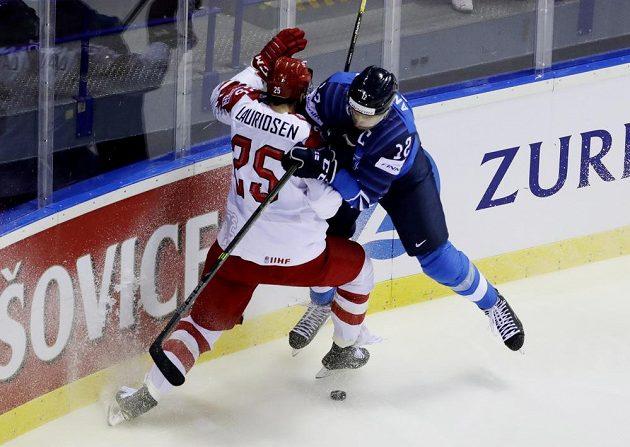 Dánský hokejista Oliver Lauridsen v akci během mistrovství světa v utkání s Finskem. do souboje s ním jde Fin Marko Anttila.