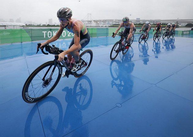 Flora Duffyová z Bermud na čele skupinky triatlonistek v cyklistické části olympijského závodu.