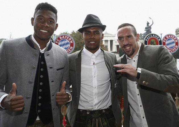 (Zleva) David Alaba, Douglas Costa a Franck Ribéry na Oktoberfestu.