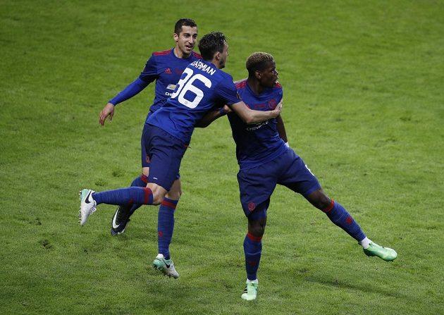 Spoluhráči Matteo Darmian a Henrich Mchitarjan přispěchali jako první pogratulovat Paulu Pogbovi k prvnímu gólu.
