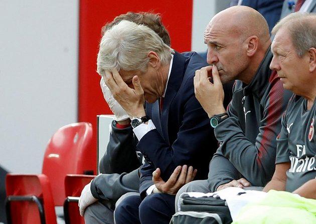 Zklamaný trenérský štáb Arsenalu v čele s Arsènem Wengerem (druhý zleva).