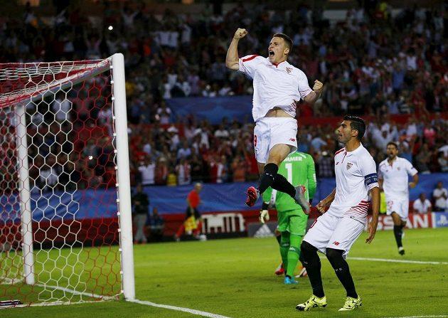 Kevin Gameiro ze Sevilly (nahoře) se raduje z gólu, jenž vstřelil Borussii Mönchengladbachu z penalty, kterou nařídil český sudí Pavel Královec.