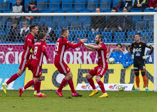 Olomoucá radost. Mojmír Chytil, David Houska, Lukáš Juliš a Martin Sladký z Olomouce se radují z gólu v Teplicích.