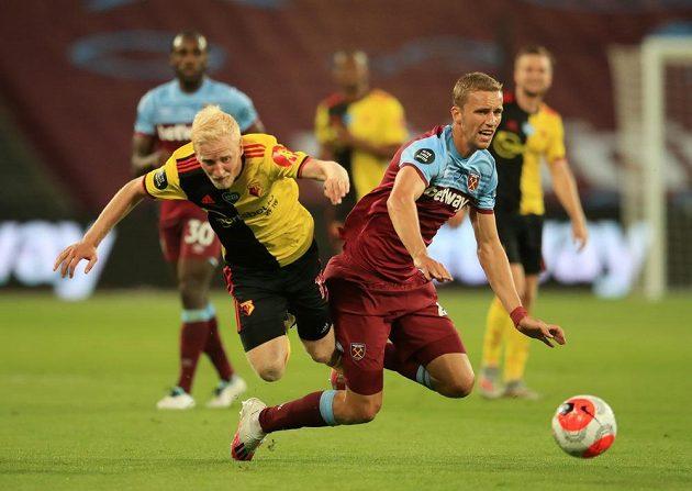 Tomáš Souček (vpravo) z West Hamu a Will Hughes z Watfordu.