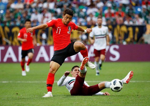 Edson Álvarez (na trávníku) se snaží zastavit Korejce Hwang Hi-čchana.