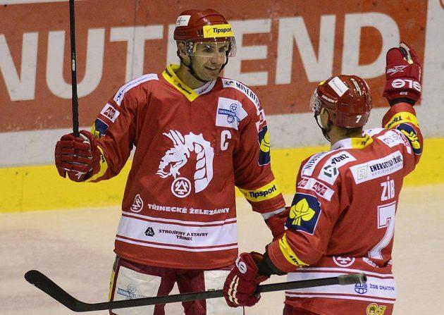 Autor druhého gólu Třince, útočník Radek Bonk (vlevo), se raduje s obráncem Lukášem Zíbem.