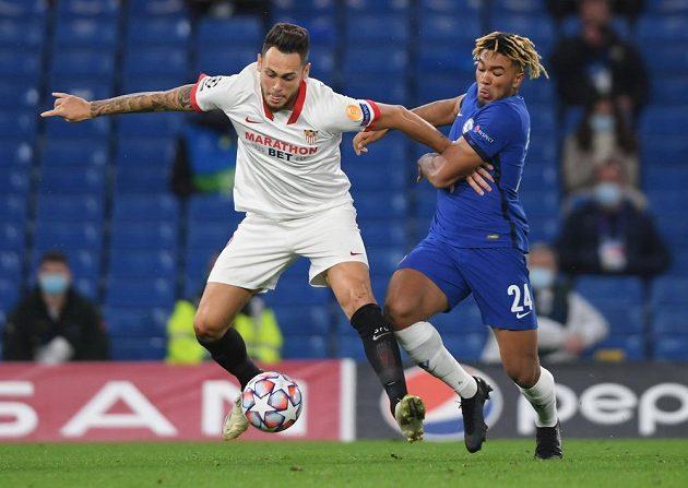 Reece James (vpravo) z Chelsea v souboji s Lucasem Ocamposem ze Sevilly.