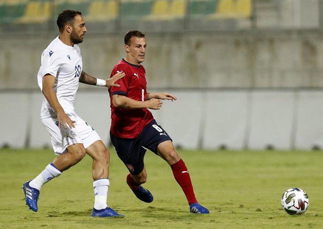 V souboji o míč (zleva) Grigoris Kastanos z Kypru a český záložník Vladimír Darida.