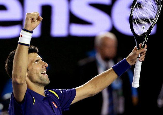 Srbský tenista Novak Djokovič slaví svůj triumf na letošním Australian Open.