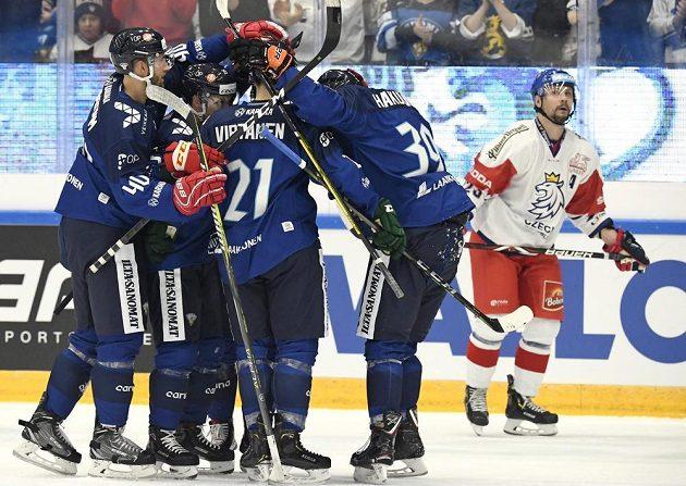 Hokejisté Finska slaví gól v utkání Channel One Cupu proti Česku.