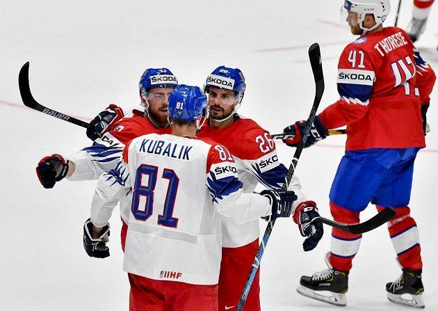 Michal Řepík(druhý zprava) se raduje z gólu se spoluhráči Filipem Hronkem (vlevo) a Dominikem Kubalíkem (zády).