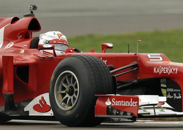 Sebastian Vettel za volantem vozu F2012 na trati ve Fioranu.