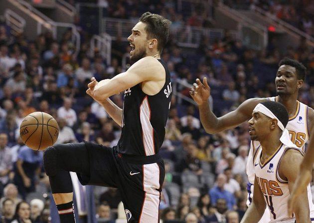 Rozehrávač Washingtonu Wizards Tomáš Satoranský v akci během utkání NBA.