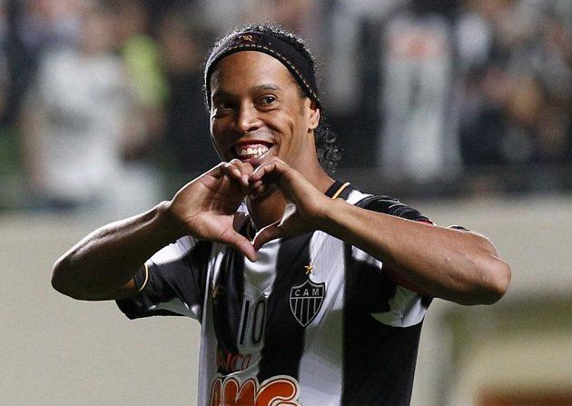 Někdejší nejlepší fotbalista světa Ronaldinho se raduje z proměněné penalty.