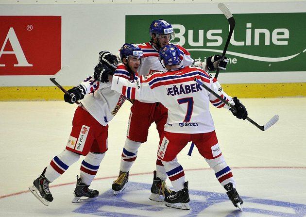 Čeští hokejisté se radují ve druhém utkání z druhého gólu v síti Slovenska.