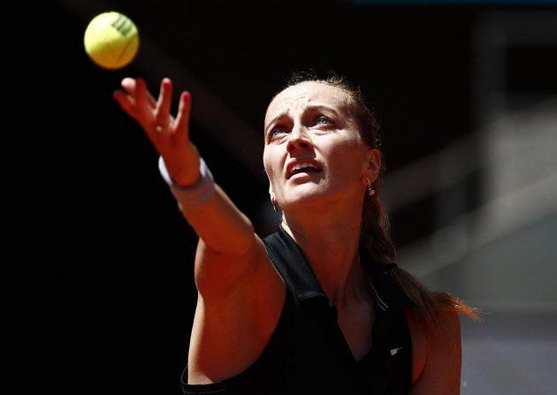 Česká tenistka Petra Kvitová na podání během čtvrtfinále turnaje v Madridu.