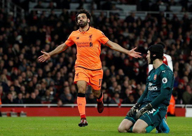 Liverpoolský Mohamed Salah se raduje právě překonal Petra Čecha v bráně Arsenalu.
