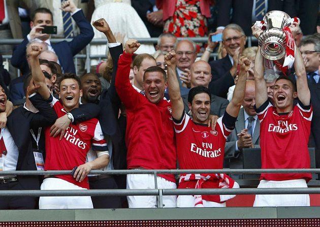 Pohár je náš, jásá Arsenal. V rukou ho má Thomas Vermaelen.