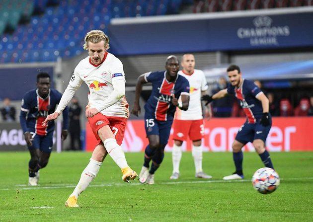 Emil Forsberg střílí z penalty vítězný gól Lipska v utkání Champions League proti PSG.