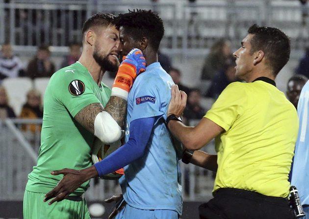 Gólman fotbalistů Bordeaux Benoit Costil si vyříkává jednu z ostřejších situací v utkání Evropské ligy se slávistou Peterem Olayinkou.