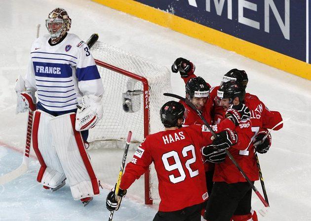 Radost hráčů Švýcarska po druhém vstřeleném gólu.