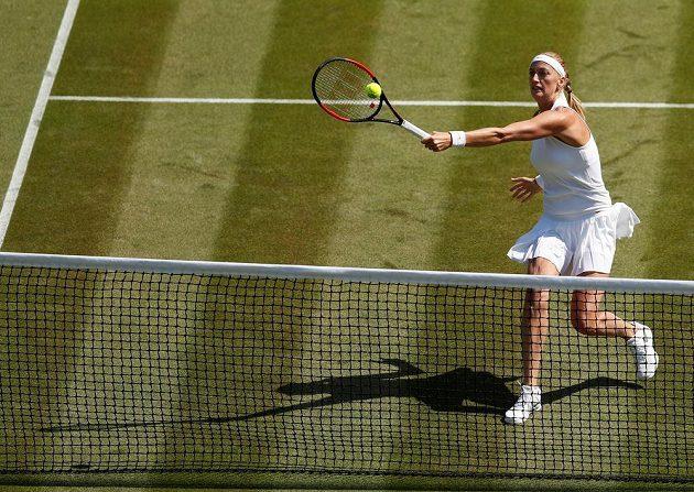 Petra Kvitová v souboji prvního kola Wimbledonu s Běloruskou Sasnovičovou